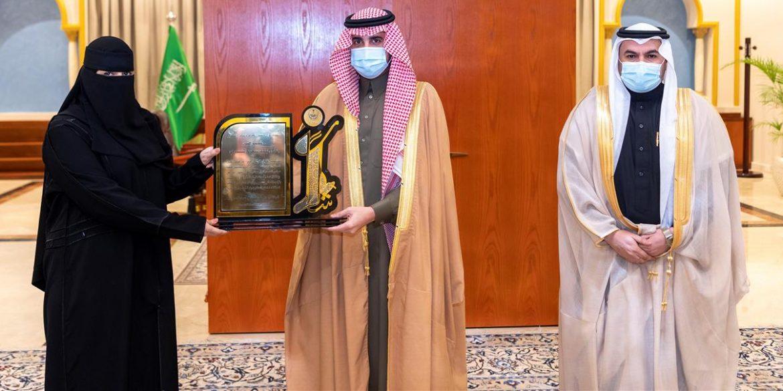 الأمير فيصل بن نواف يكرم ممرضة ويرأس اجتماع ميدان فروسية الجوف